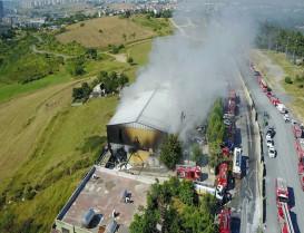 fabrikada çıkan yangına itfaiye ekiplerinin müdahalesi devam ediyor
