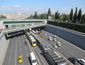 EDİRNEKAPI METROBÜS İSTASYONU'NA YENİ ÜST GEÇİT  E-5 Karayolu ile Haliç Köprüsü tek yönlü olarak trafiğe kapatılacak.