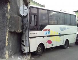 Başakşehir'de servis midibüsü duvara çarptı