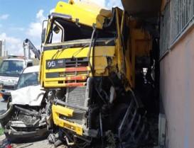 Ehliyetsiz sürücü Başakşehir'de hafriyat kamyonuyla dehşet saçtı