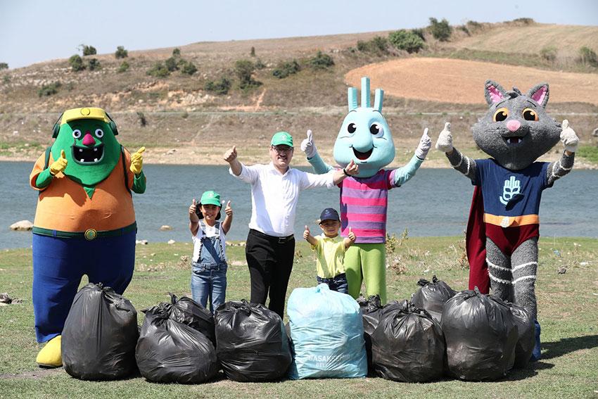 Başkan Kartoğlu, Sazlıdere Barajı'nda piknikçilerin çevreye bıraktığı çöpleri topladı
