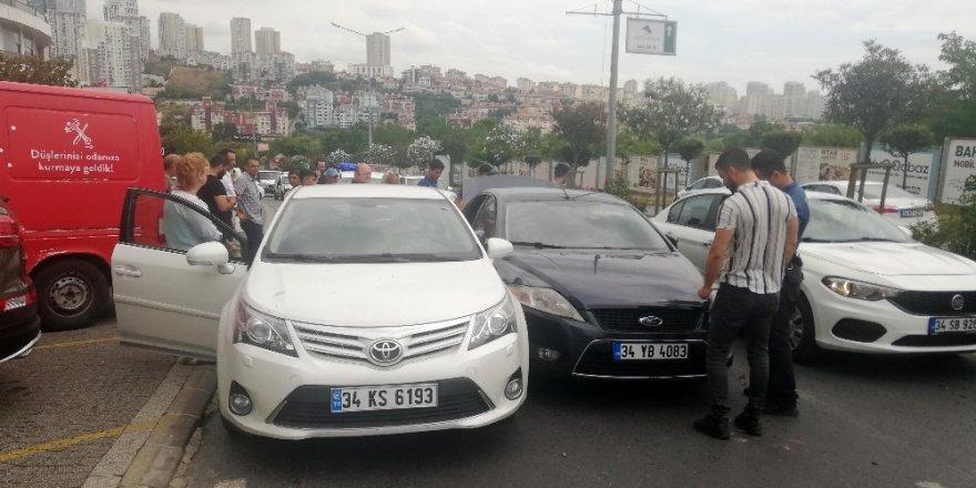 Bahçeşehir'de banka çıkışı kadına kapkaç dehşeti...