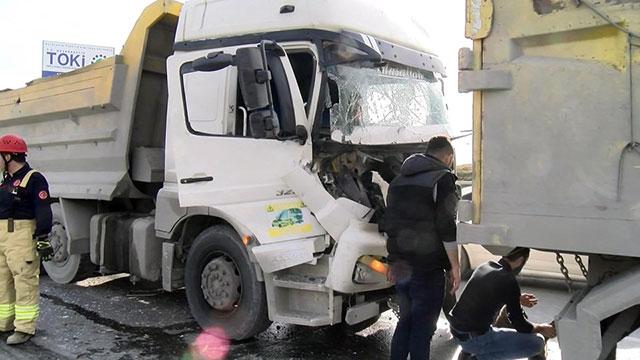Başakşehir'de kamyonlar  çarpıştı