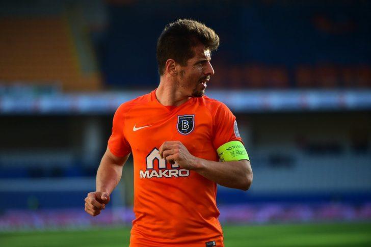 Başakşehir'in milli futbolcusu Emre Belözoğlu sözleşmesini yeniledi
