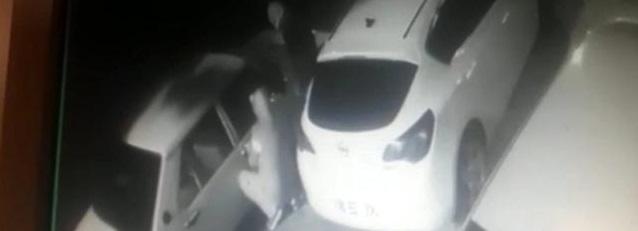 Otomobili vurdurup çalan hırsızlar yakıtı bitince vites topuzunu alıp kaçtı