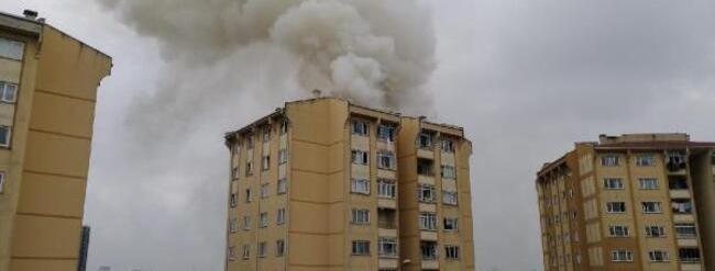 Başakşehir'de apartman çatısındaki yangın söndürüldü