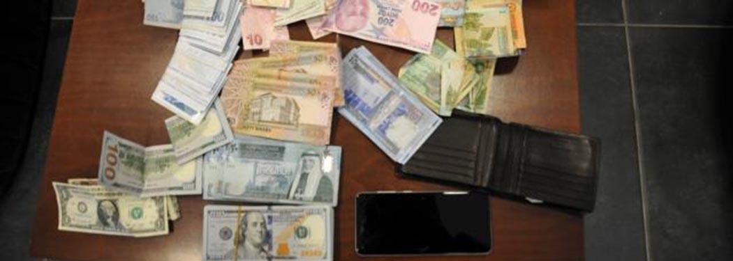 Turistin aracında unuttuğu yaklaşık 200 bin lirayı bulan duyarlı taksici, parayı sahibine teslim etti.